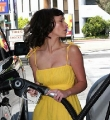 Jennifer Love Hewitt at the gas station