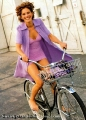 Julia Roberts ridig bike in short skirt