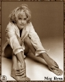 Meg Ryan barefooted in a man